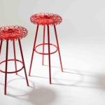 Hippy di Daa è uno sgabello caratterizzato dalla seduta in metallo modellata come un fiore stilizzato. È possibile variare le altezze semplicemente avvitando o togliendo le prolunghe.