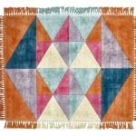 Triangles di Sitap è un tappeto in pura seta vegetale prodotto artigianalmente con la tecnica del Hand tufting; la superficie è decorata da triangoli in tonalità accese e il bordo è dotato di frange sui quattro lati.