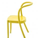 Sedia St.Mark di Martino Gamper per Moroso. Il suo profilo traccia una linea curva continua dal retro delle gambe attraverso lo schienale, configurando un oggetto dal gusto quasi retrò, omaggiando con le sue forme i grandi maestri del design italiano.