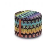Roing di MissoniHome è un pouf cilindrico dotato di una comoda maniglia in cuoio per spostarlo dove serve. Il rivestimento è in tessuto jacquard sfumato effetto pizzo sottolineato dallo sfondo nero e dai particolari oro.