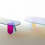 «Shimmer» di Patricia Urquiola per Glas Italia. La collezione disegnata dalla Urquiola per Glas reinventa il concetto del mobile in vetro e sorprende lo sguardo dell'osservatore. Tavolini, consolle e mensole in cristallo stratificato e incollato, con una speciale finitura multicromatica cangiante, la cui colorazione varia in funzione dell'angolo di incidenza della luce e del punto di osservazione.