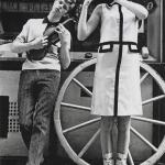 1963_ lancia la tendenza dei pantaloni a sigaretta e inizia a tingere i capelli