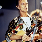 1991_ Si esibisce sul palco