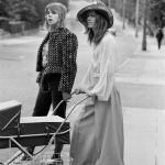 1971_ Bowie e la moglie passeggiano vicino casa
