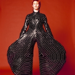 1972-1974_ Uno dei look creati dallo stilista Kansai Yamamoto