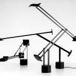 Lampada tizio del 1972 per Artemide, caratterizzata da un trasformatore alla base che eliminava il bisogno di cavi elettrici che corressero fino alla lampadina.