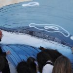Mosè Previti con alcuni alunni delle medie davanti ad un murale di Via Belle Arti